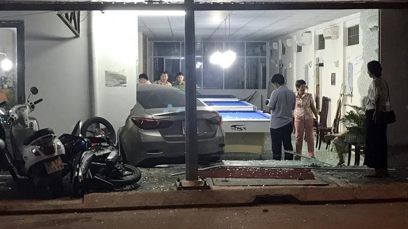 Cần Thơ: Ô tô do nữ cầm lái đâm thẳng vào quán bida Ảnh 2