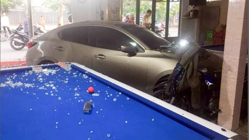 Cần Thơ: Ô tô do nữ cầm lái đâm thẳng vào quán bida Ảnh 4