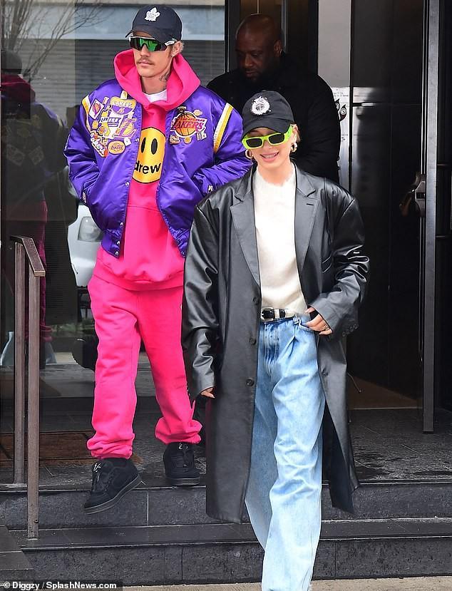 Justin Bieber mặc bộ đồ hồng rực, sành điệu đến phòng thu cùng bà xã Ảnh 2