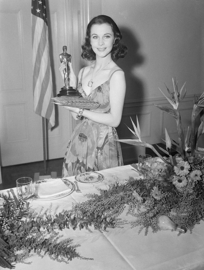 Anne Hathaway, Charlize Theron, Nicole Kidman, Angelina Jolie…mặc gì trong lần đầu tiên nhận giải Oscar? Ảnh 1