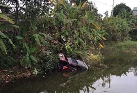 Ôtô rơi xuống ao, 2 người tử vong Ảnh 1