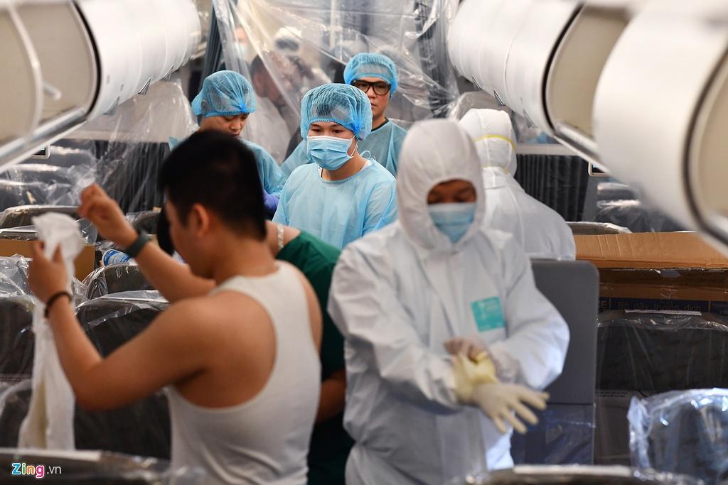 Bên trong máy bay bọc kín nylon chở khách Trung Quốc về Vũ Hán Ảnh 4
