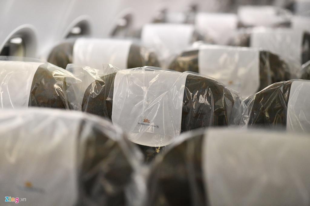 Bên trong máy bay bọc kín nylon chở khách Trung Quốc về Vũ Hán Ảnh 3