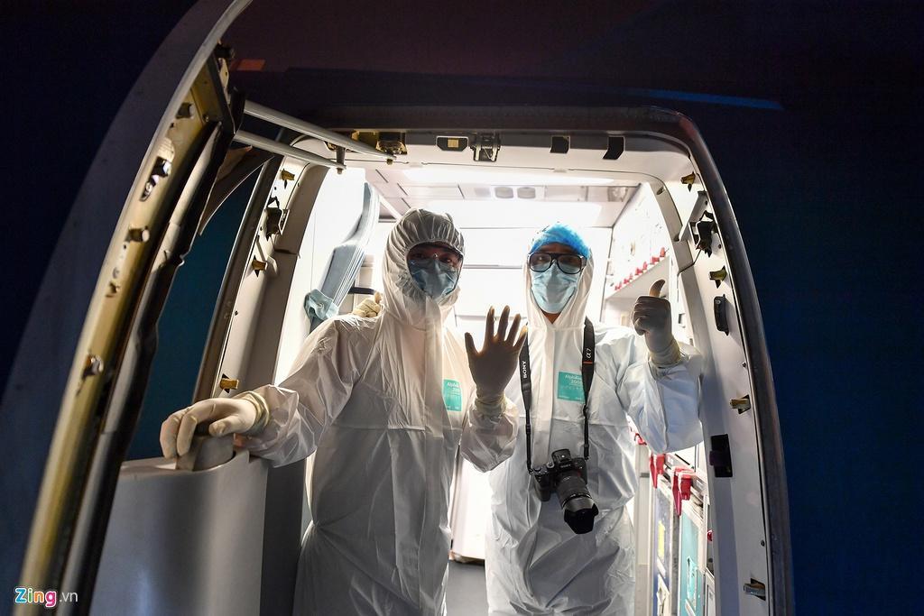 Bên trong máy bay bọc kín nylon chở khách Trung Quốc về Vũ Hán Ảnh 10