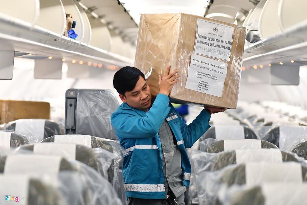 Bên trong máy bay bọc kín nylon chở khách Trung Quốc về Vũ Hán Ảnh 6
