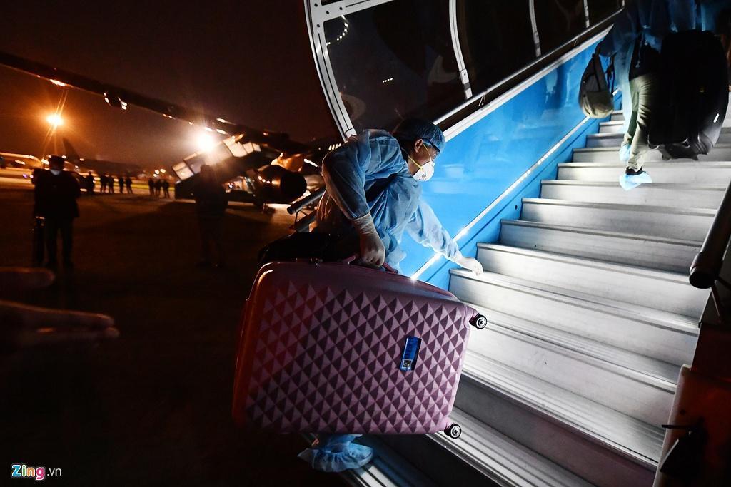 Bên trong máy bay bọc kín nylon chở khách Trung Quốc về Vũ Hán Ảnh 8