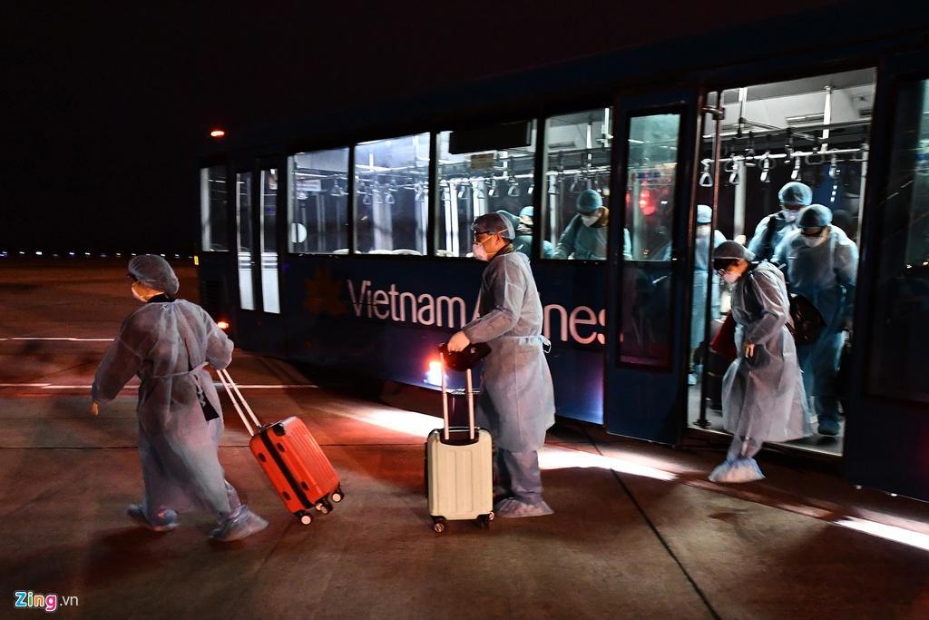 Bên trong máy bay bọc kín nylon chở khách Trung Quốc về Vũ Hán Ảnh 9