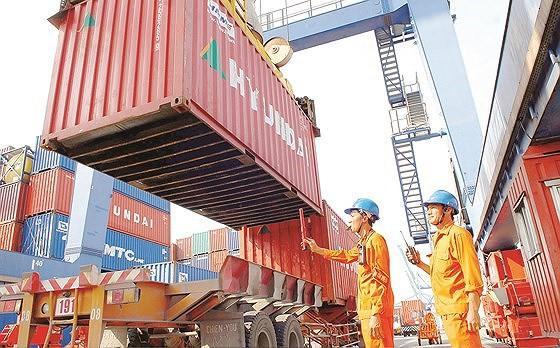 Hải quan TPHCM làm thủ tục tái xuất 25 container phế liệu tồn đọng Ảnh 1