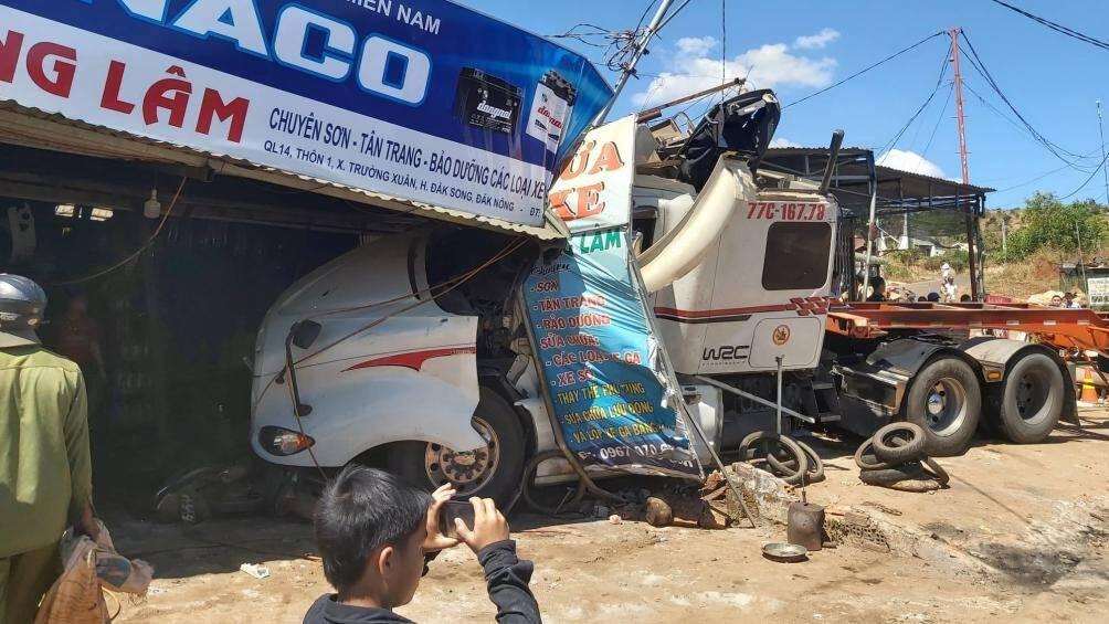 Tai nạn liên hoàn trên đường Hồ Chí Minh, xe đầu kéo lao vào nhà dân Ảnh 2