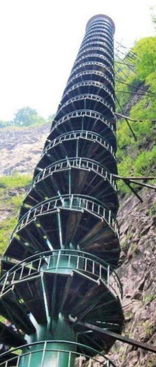 'Cầu thang lên thiên đường' nguy hiểm nhất thế giới Ảnh 4