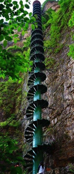 'Cầu thang lên thiên đường' nguy hiểm nhất thế giới Ảnh 3