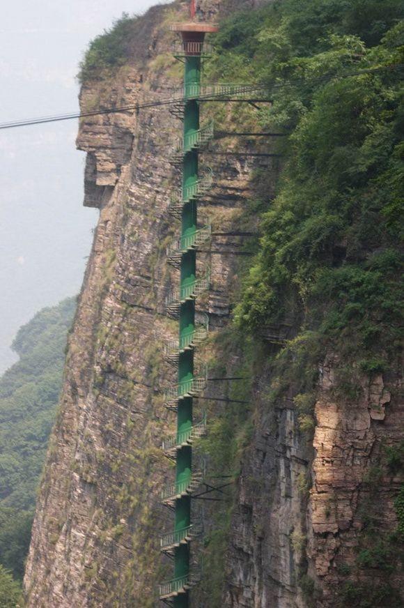 'Cầu thang lên thiên đường' nguy hiểm nhất thế giới Ảnh 2