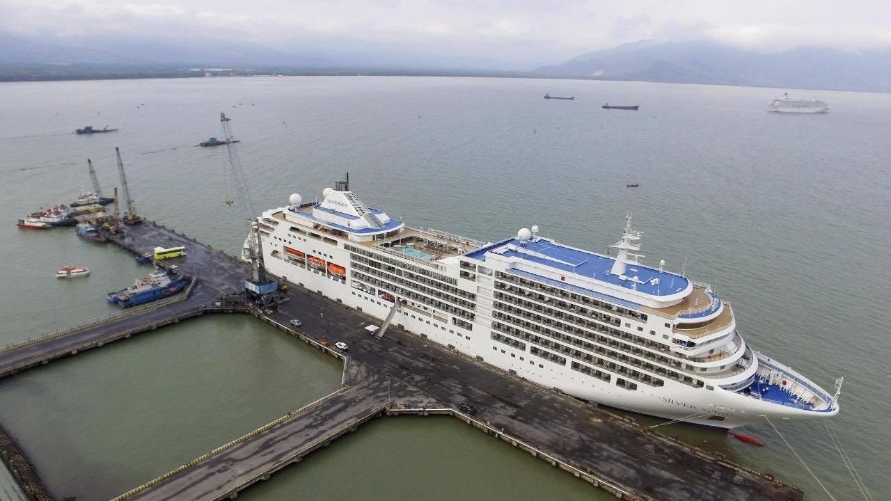 2 du thuyền chở hơn 1.400 du khách và thuyền viên cập cảng Chân Mây Ảnh 1