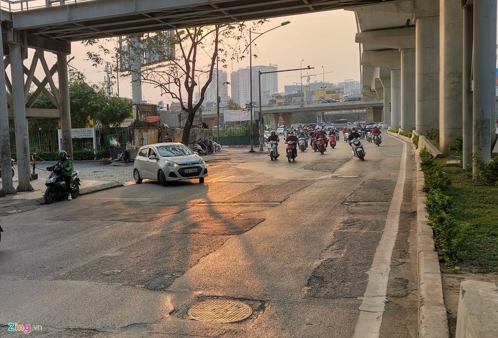 Ma trận ổ gà trên đường Cầu Giấy ở Hà Nội Ảnh 1