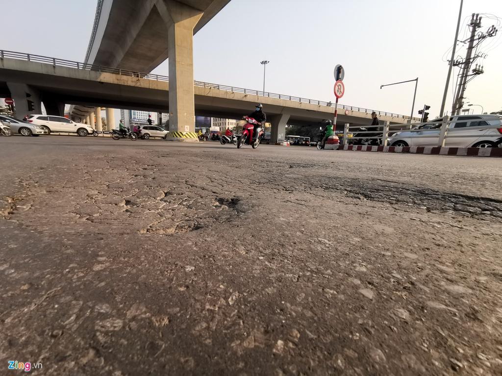 Ma trận ổ gà trên đường Cầu Giấy ở Hà Nội Ảnh 7