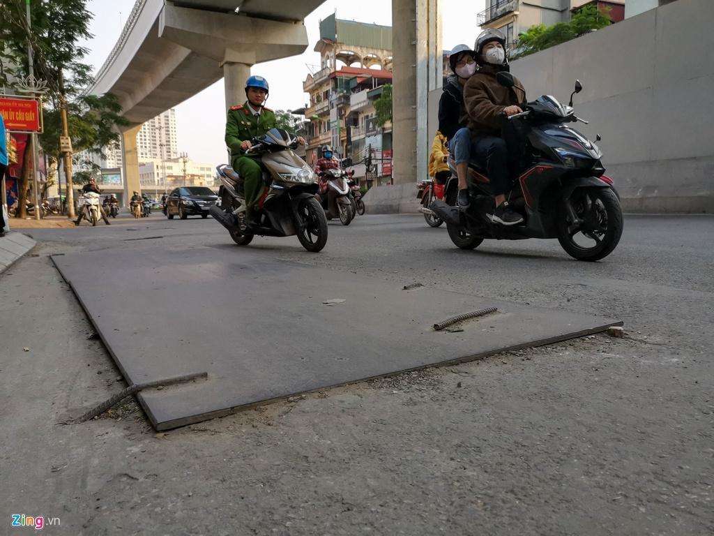 Ma trận ổ gà trên đường Cầu Giấy ở Hà Nội Ảnh 6