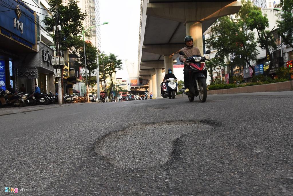 Ma trận ổ gà trên đường Cầu Giấy ở Hà Nội Ảnh 8