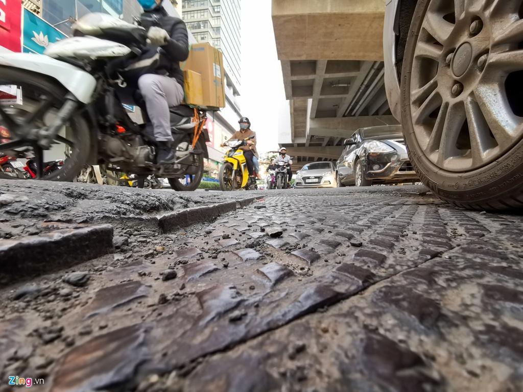 Ma trận ổ gà trên đường Cầu Giấy ở Hà Nội Ảnh 2