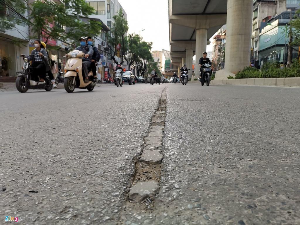 Ma trận ổ gà trên đường Cầu Giấy ở Hà Nội Ảnh 9