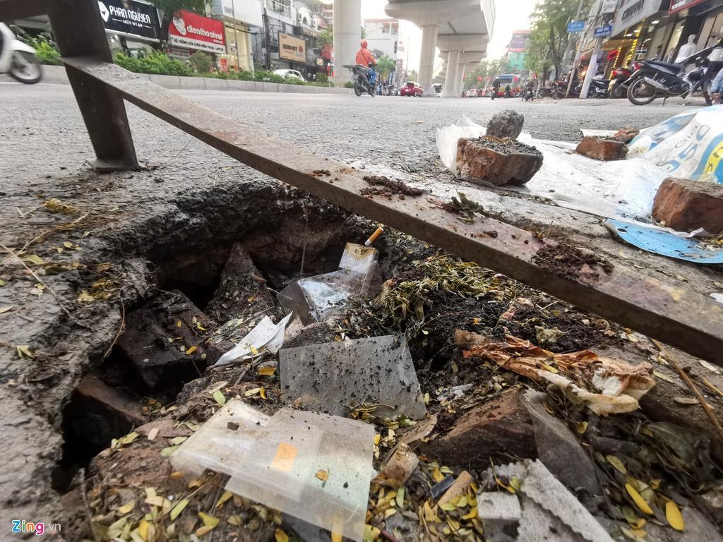 Ma trận ổ gà trên đường Cầu Giấy ở Hà Nội Ảnh 10