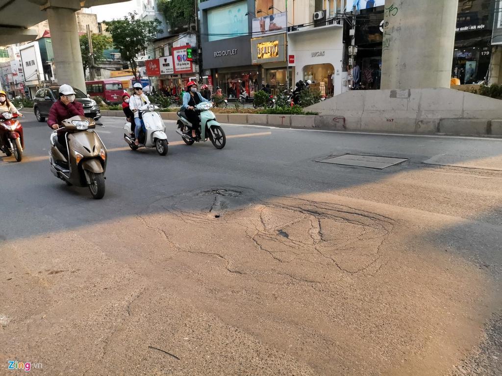 Ma trận ổ gà trên đường Cầu Giấy ở Hà Nội Ảnh 3