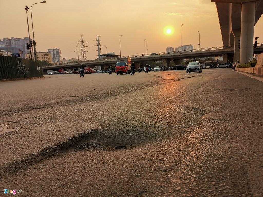 Ma trận ổ gà trên đường Cầu Giấy ở Hà Nội Ảnh 12