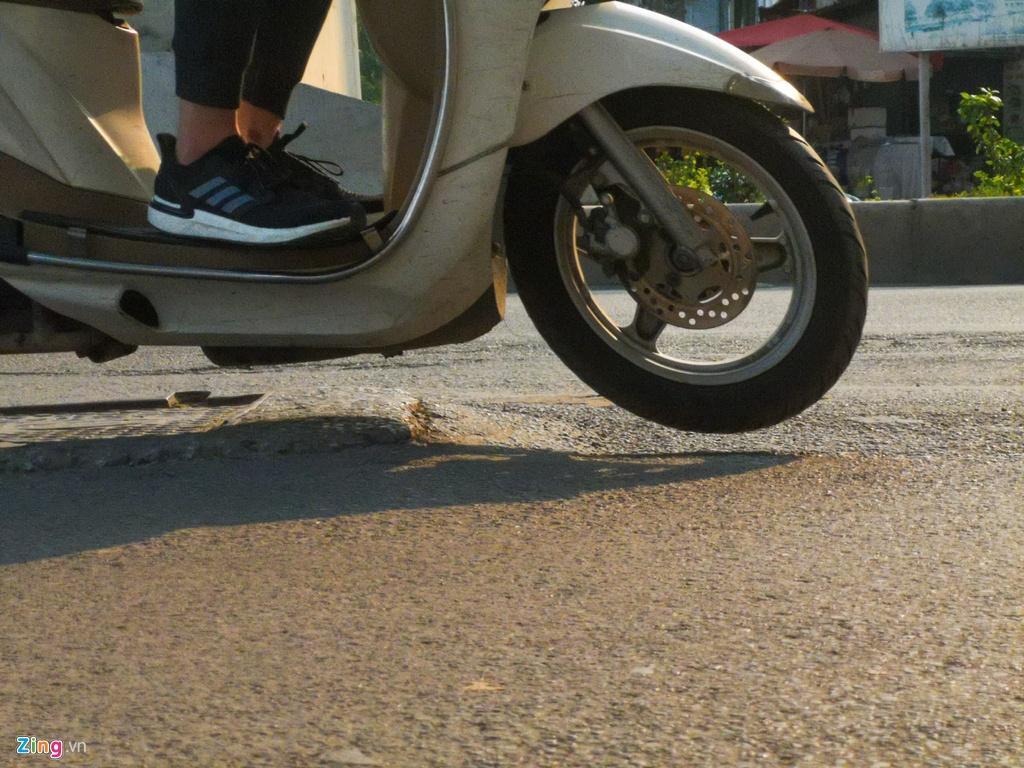 Ma trận ổ gà trên đường Cầu Giấy ở Hà Nội Ảnh 4