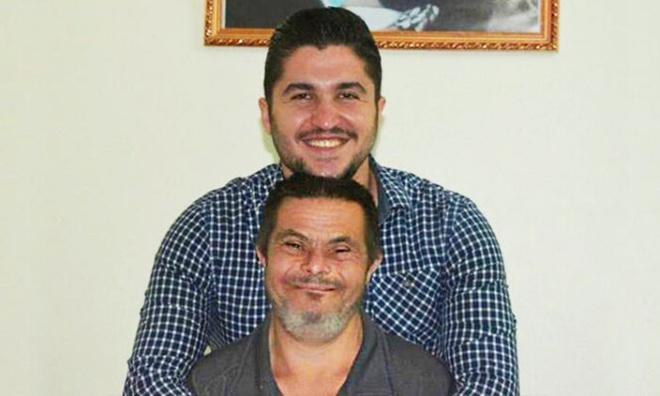 Ông bố mắc bệnh Down nuôi dạy cậu con trai bác sĩ Ảnh 1