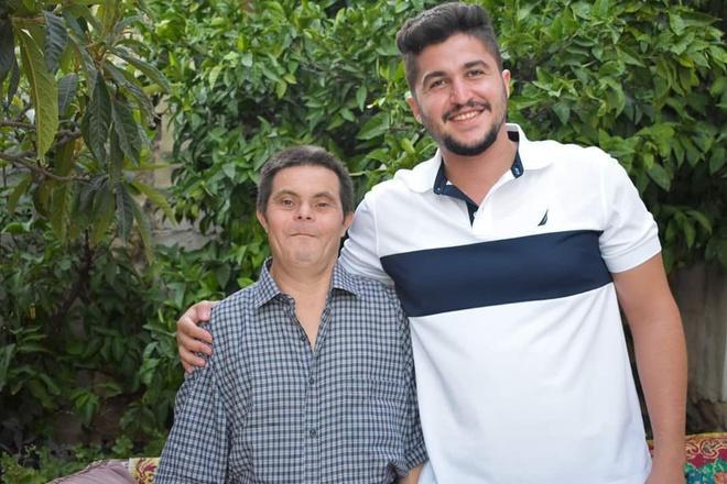 Ông bố mắc bệnh Down nuôi dạy cậu con trai bác sĩ Ảnh 4