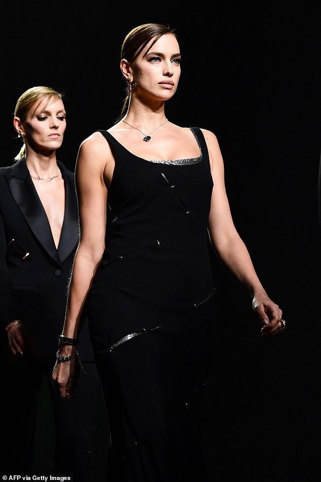 'Chân dài' Irina Shayk khoe dáng 'bốc lửa', kiêu sa trên sàn catwalk Ảnh 4