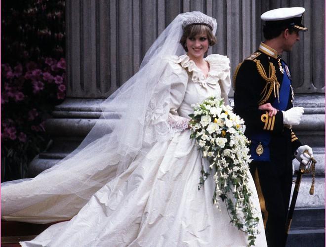 Chiêm ngưỡng 12 mẫu váy cưới đẹp nhất trong lịch sử Hoàng gia các nước Ảnh 1