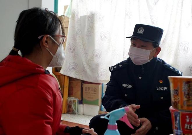 Cả gia đình nhiễm Covid-19, cô bé 13 tuổi được cựu cảnh sát chăm sóc Ảnh 1