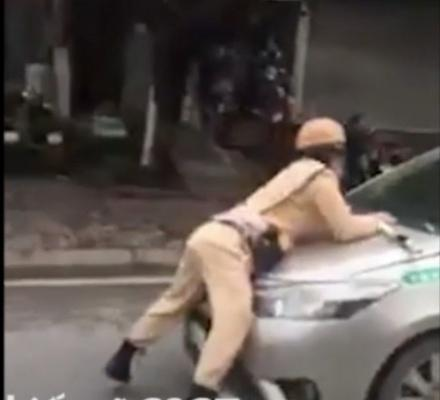 Kinh hoàng tài xế taxi hất Trung úy CSGT lên nắp capô bỏ chạy gần chục km Ảnh 1