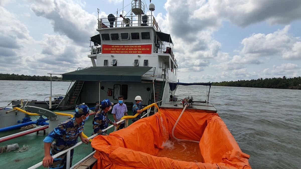 Tàu hải quân đưa hàng triệu lít nước ngọt đến vùng hạn mặn Ảnh 1