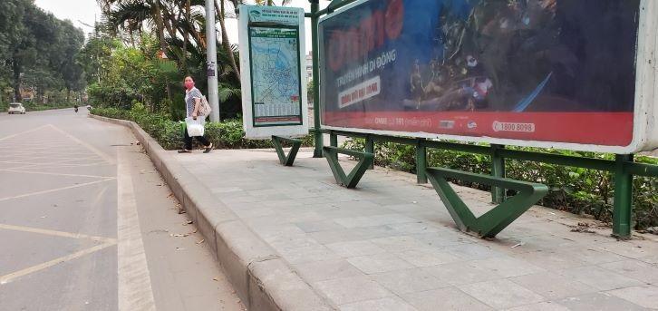 Chống dịch Covid-19: Hà Nội ngày đầu tiên vắng bóng xe buýt Ảnh 3