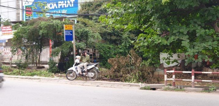 Chống dịch Covid-19: Hà Nội ngày đầu tiên vắng bóng xe buýt Ảnh 9