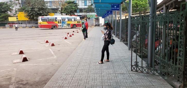 Chống dịch Covid-19: Hà Nội ngày đầu tiên vắng bóng xe buýt Ảnh 4