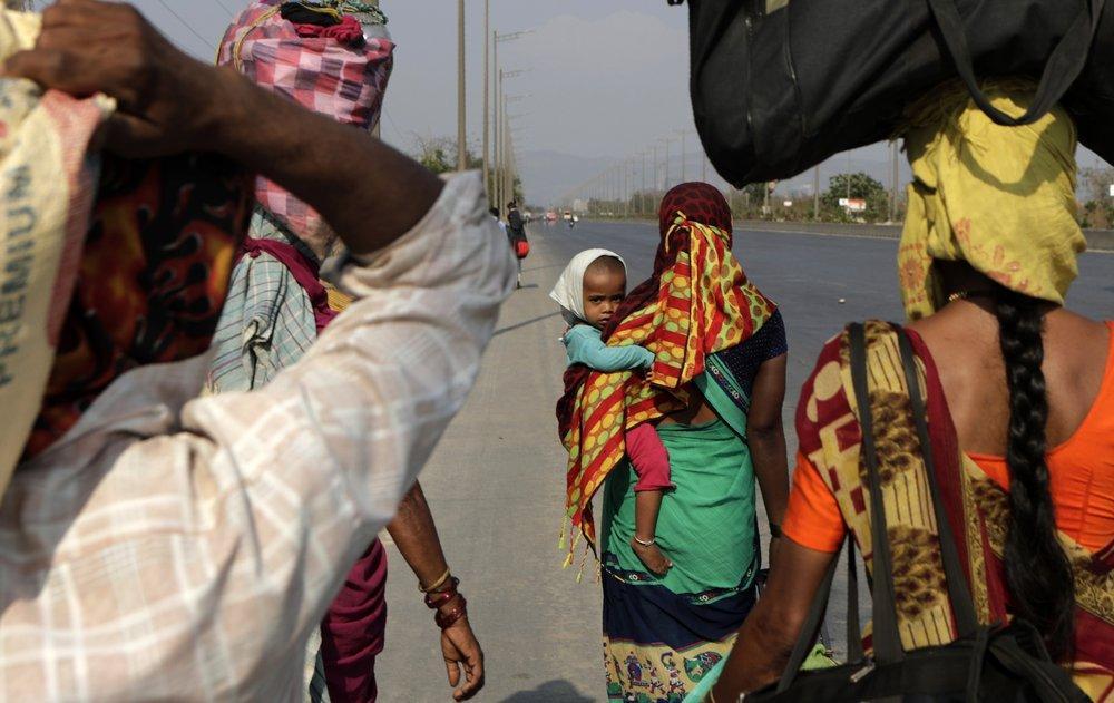 Khủng hoảng vì Covid-19, dân Ấn Độ đi bộ cả trăm km về quê nhà Ảnh 3