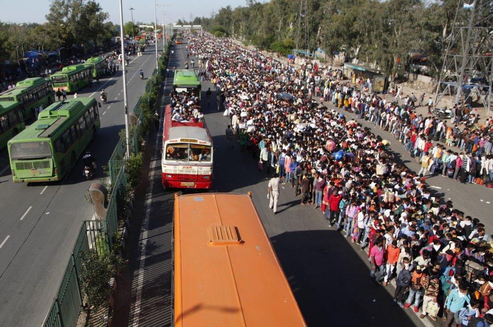 Khủng hoảng vì Covid-19, dân Ấn Độ đi bộ cả trăm km về quê nhà Ảnh 2