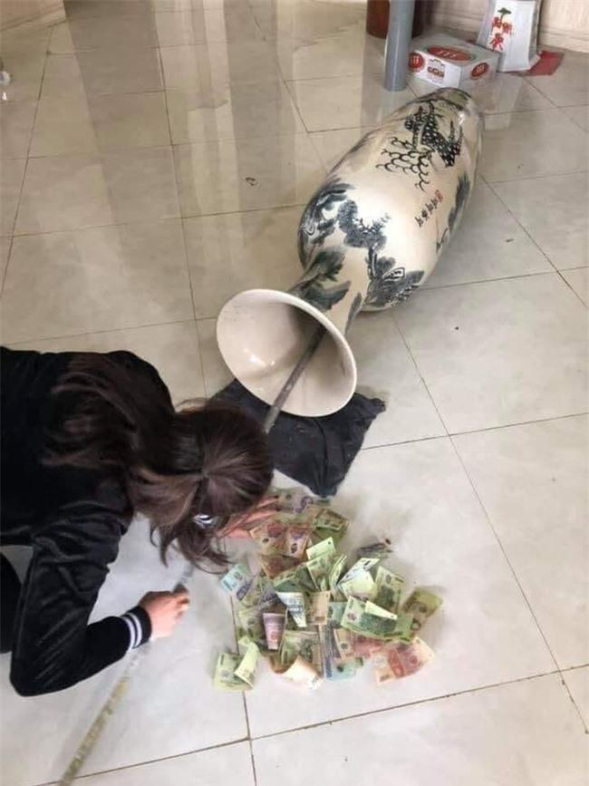 Lau chùi chiếc bình cổ của gia đình, vợ vô tình phát hiện 'quỹ đen' của chồng Ảnh 1