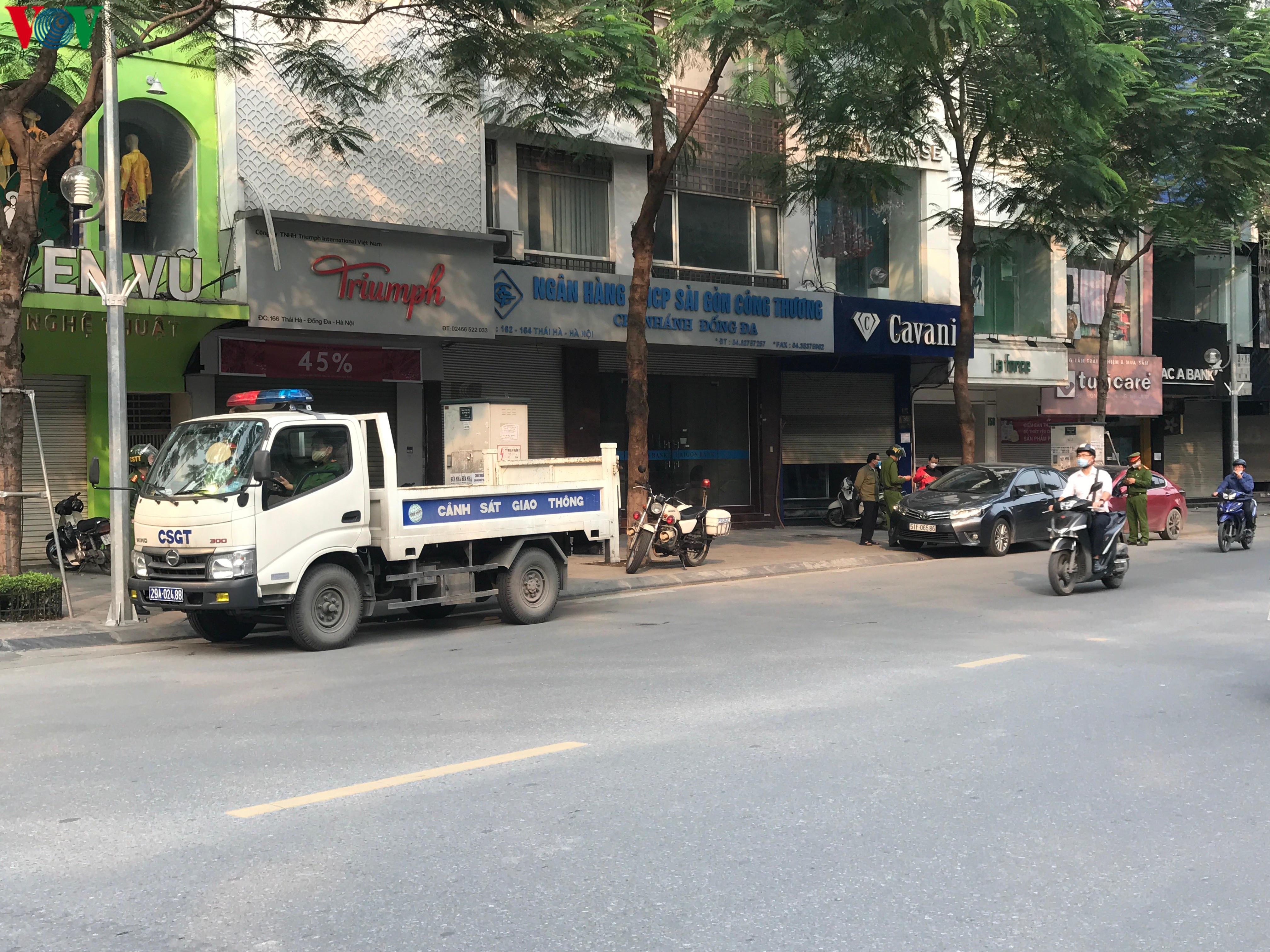 Ngày thứ 9 cách ly xã hội: Người và xe đông chật các ngã tư ở Hà Nội Ảnh 13