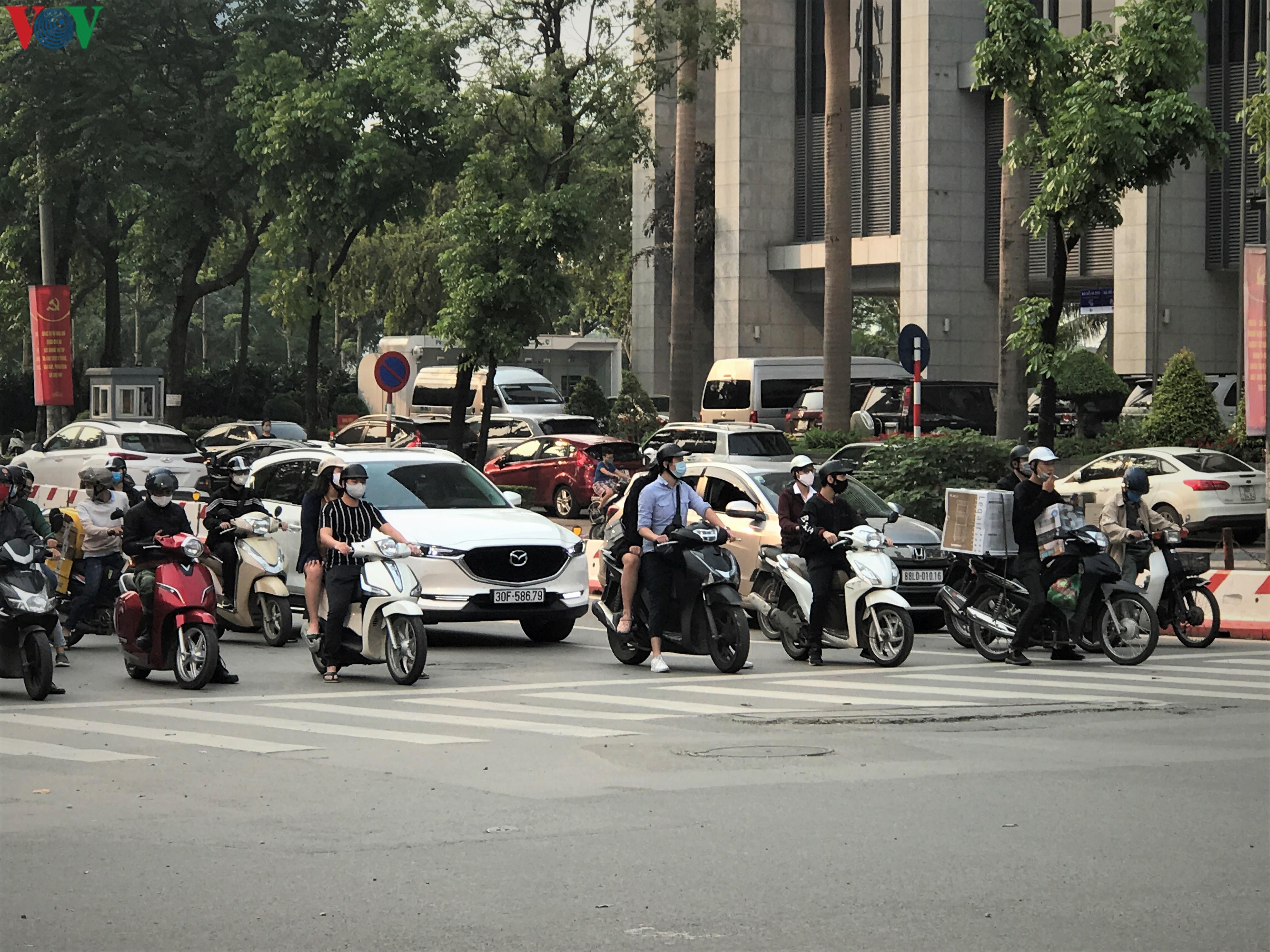 Ngày thứ 9 cách ly xã hội: Người và xe đông chật các ngã tư ở Hà Nội Ảnh 4