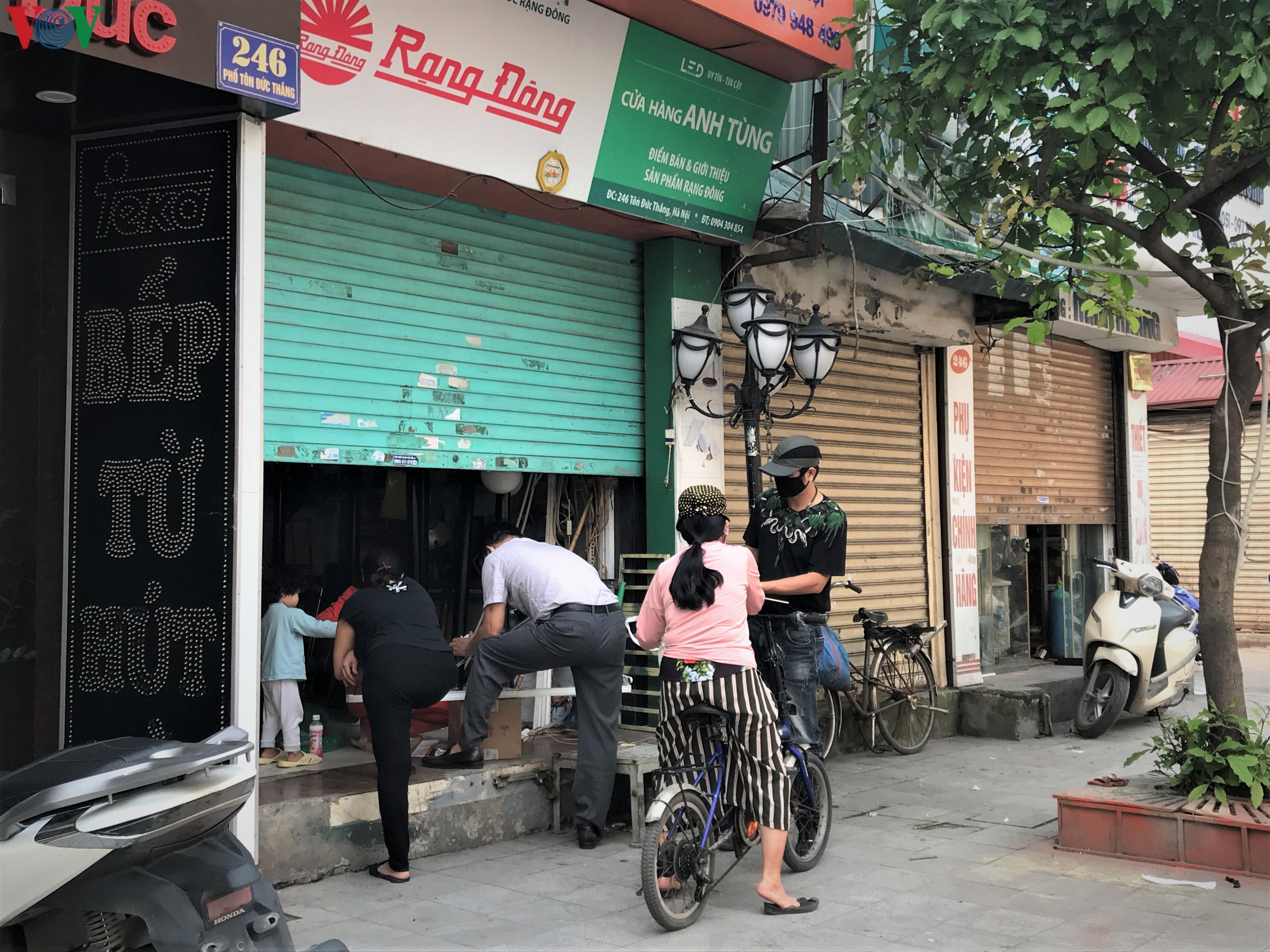 Ngày thứ 9 cách ly xã hội: Người và xe đông chật các ngã tư ở Hà Nội Ảnh 11