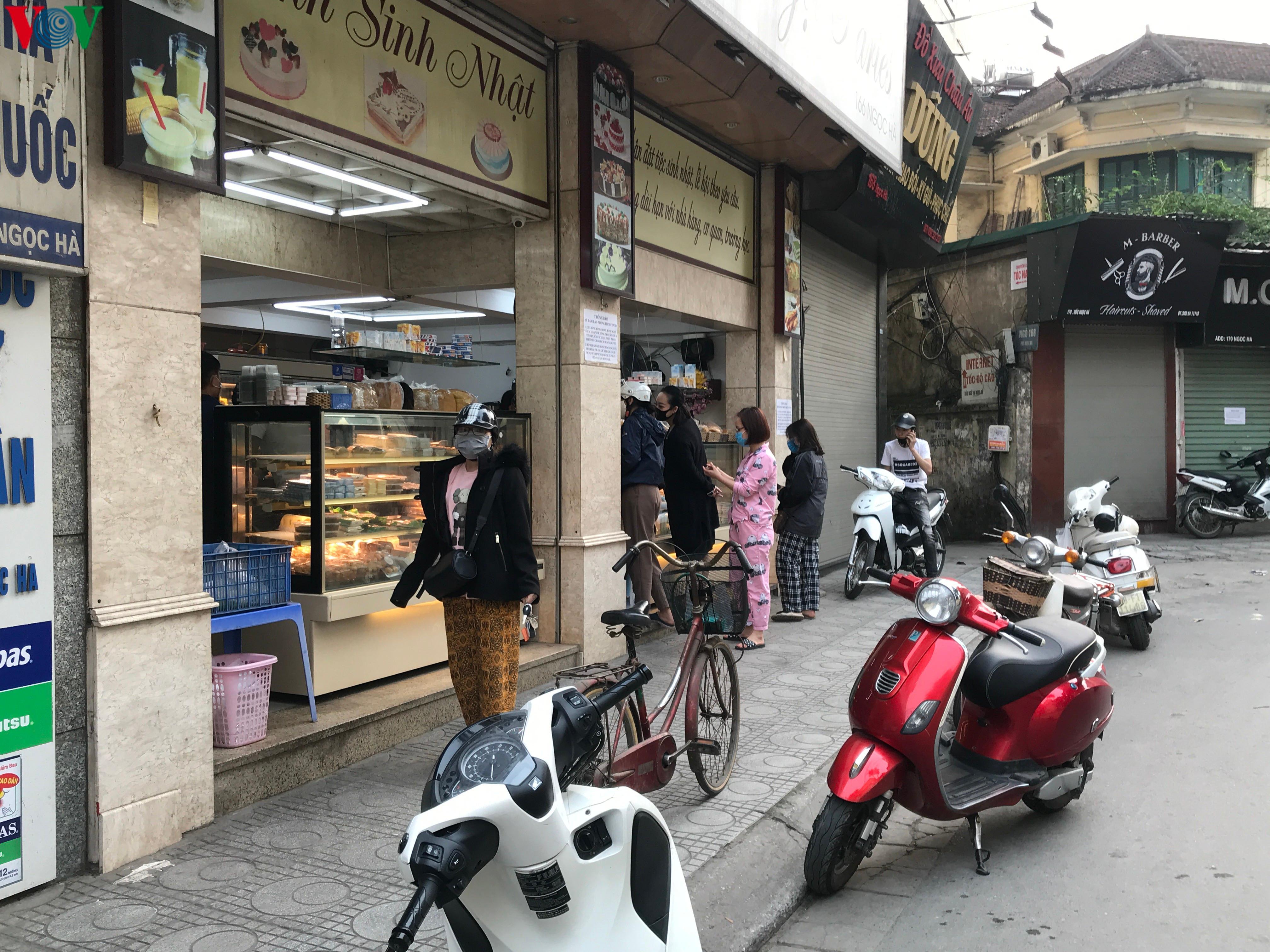 Ngày thứ 9 cách ly xã hội: Người và xe đông chật các ngã tư ở Hà Nội Ảnh 12