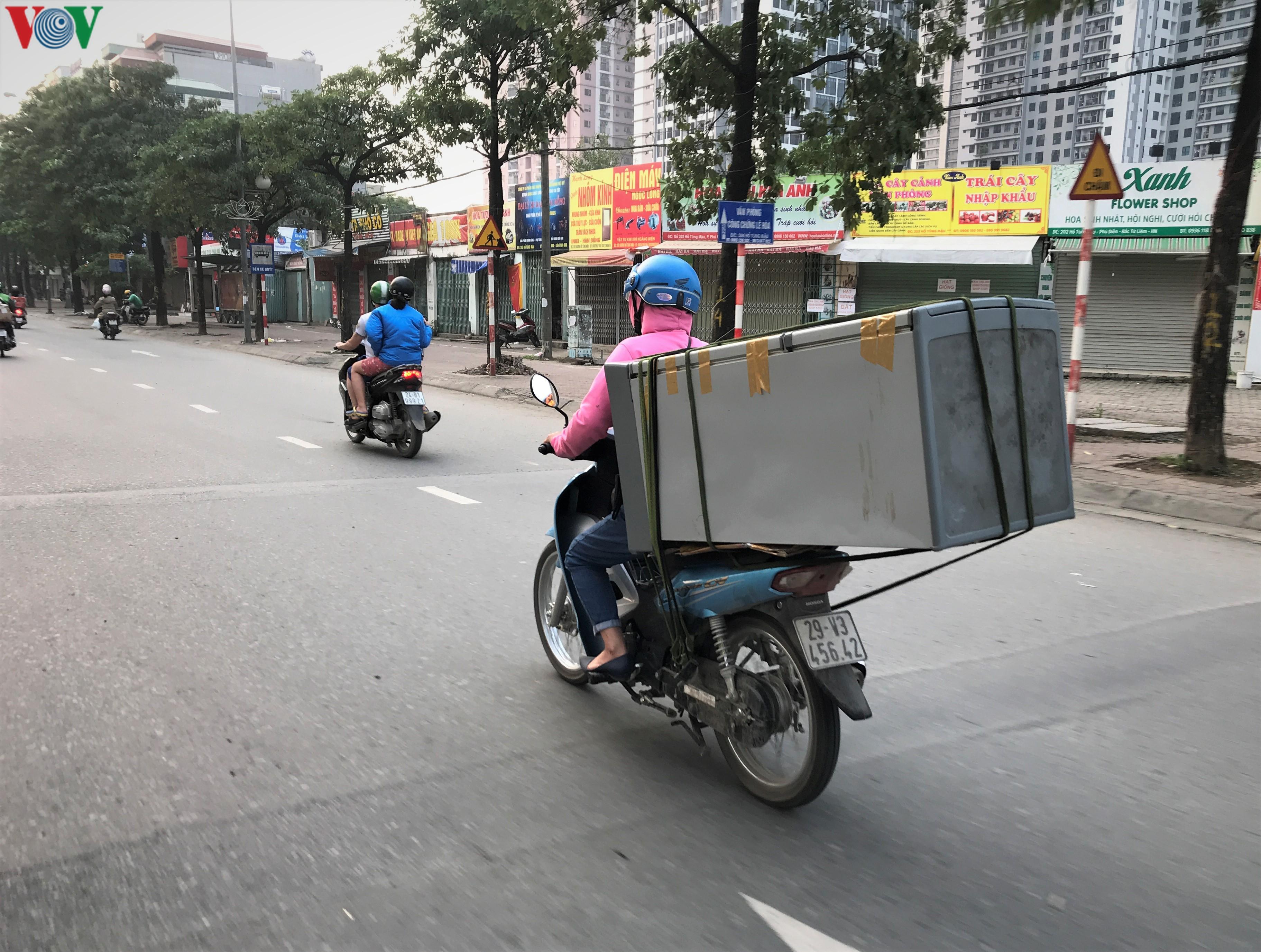 Ngày thứ 9 cách ly xã hội: Người và xe đông chật các ngã tư ở Hà Nội Ảnh 9