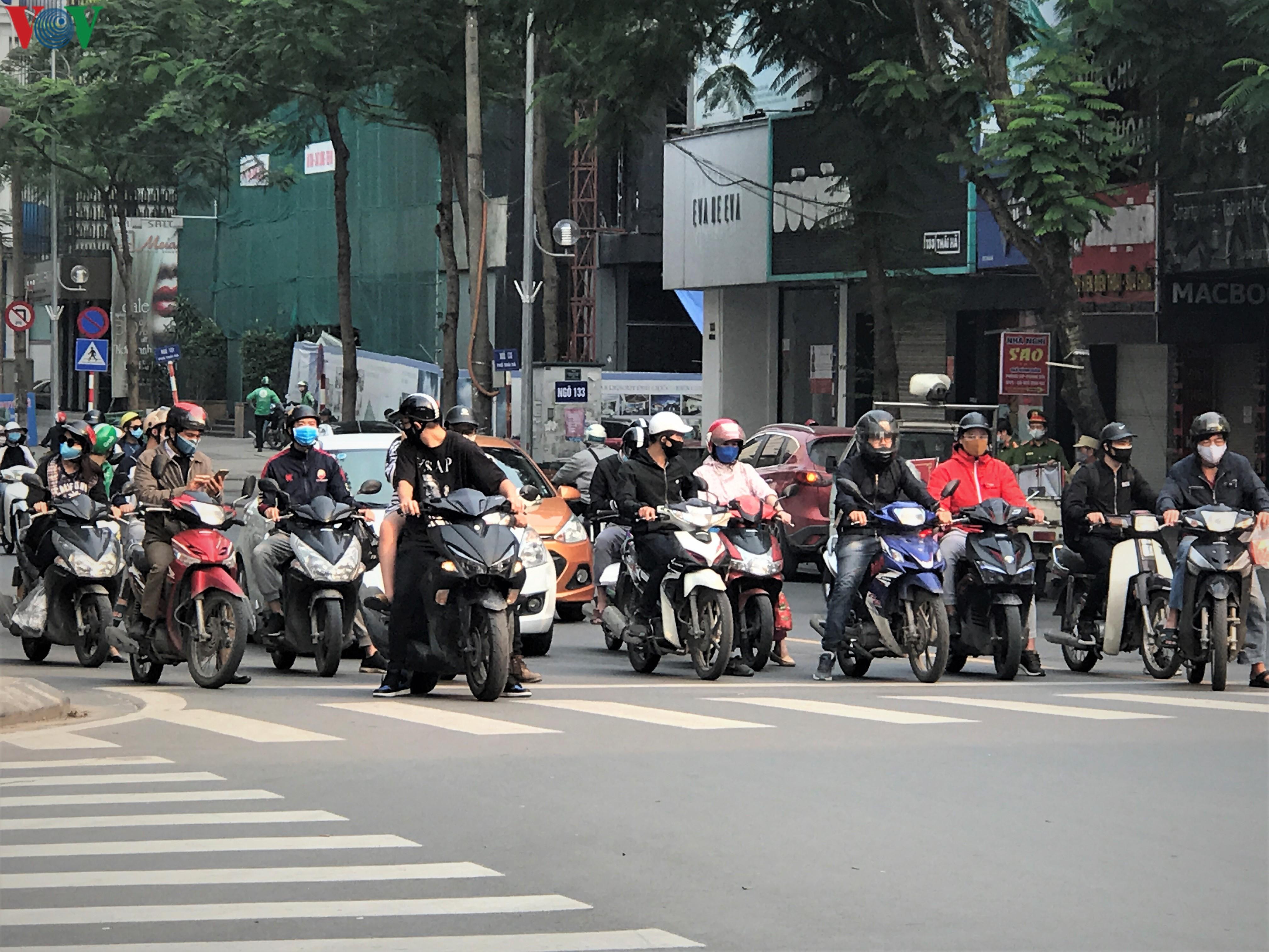 Ngày thứ 9 cách ly xã hội: Người và xe đông chật các ngã tư ở Hà Nội Ảnh 6