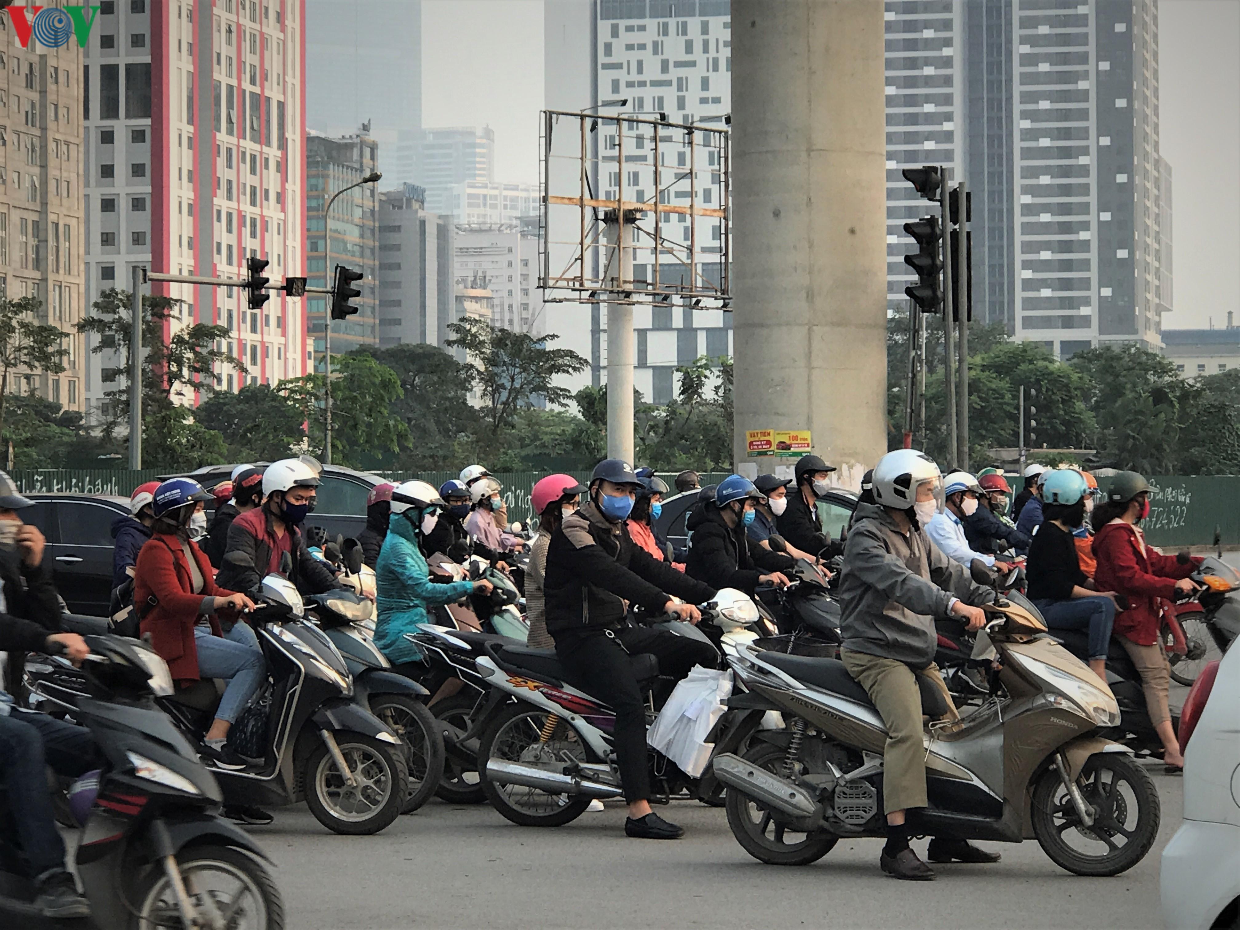 Ngày thứ 9 cách ly xã hội: Người và xe đông chật các ngã tư ở Hà Nội Ảnh 3
