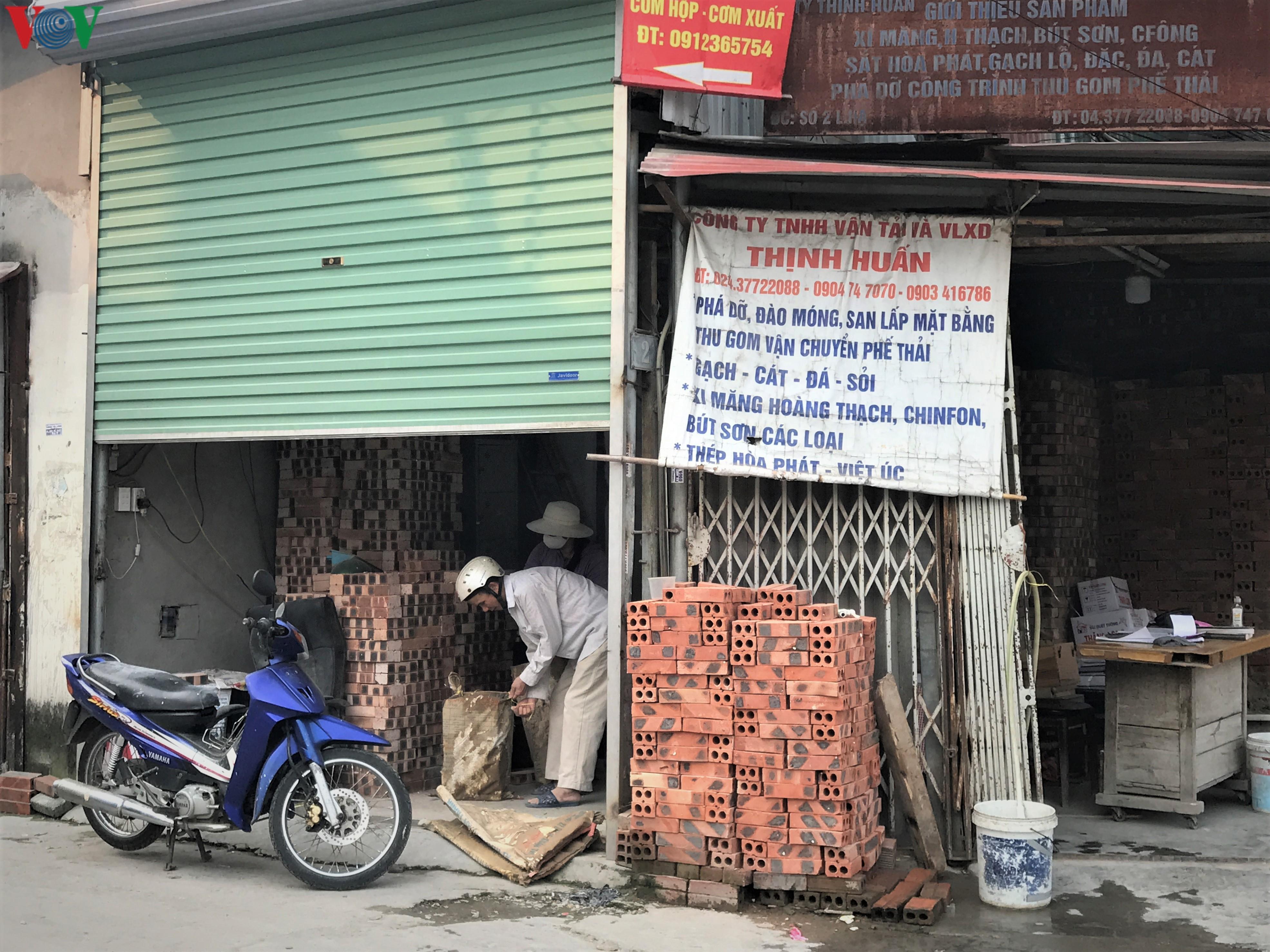 Ngày thứ 9 cách ly xã hội: Người và xe đông chật các ngã tư ở Hà Nội Ảnh 10