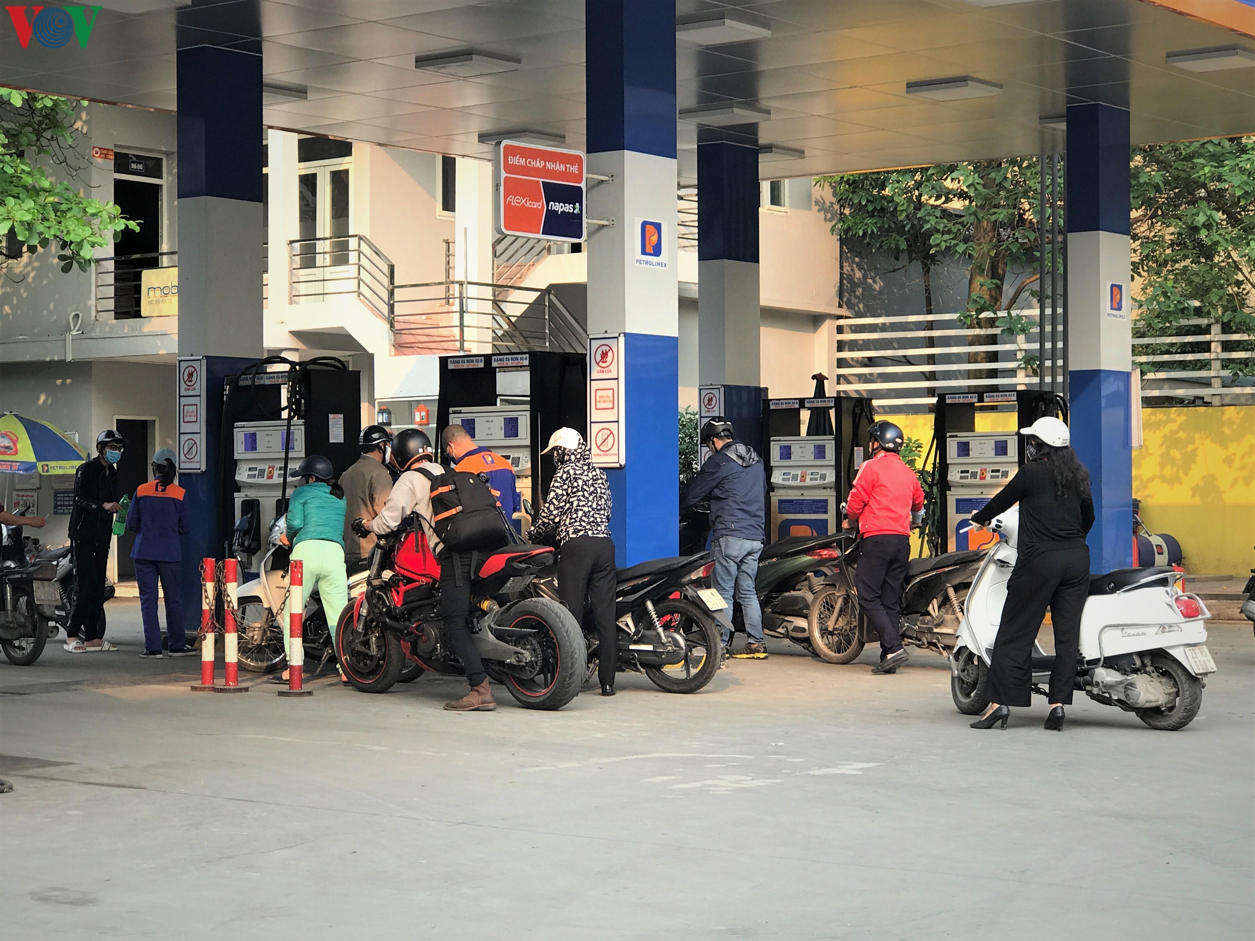 Ngày thứ 9 cách ly xã hội: Người và xe đông chật các ngã tư ở Hà Nội Ảnh 8