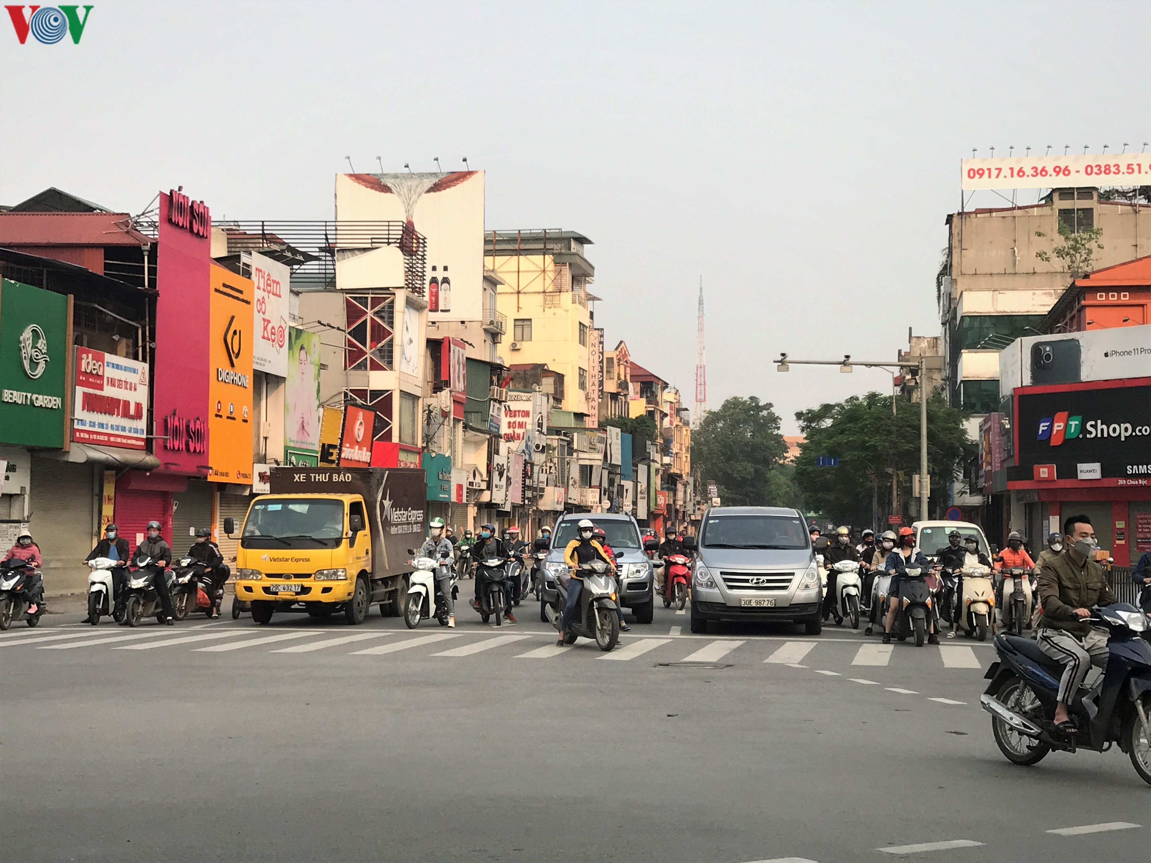 Ngày thứ 9 cách ly xã hội: Người và xe đông chật các ngã tư ở Hà Nội Ảnh 7